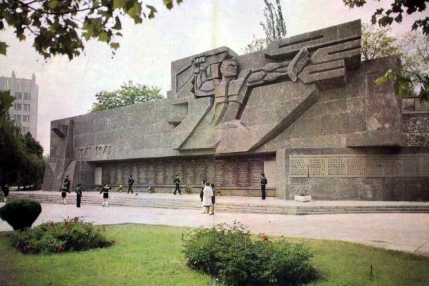 Мемориальная стена в честь героической обороны Севастополя 1941-1942 гг 2