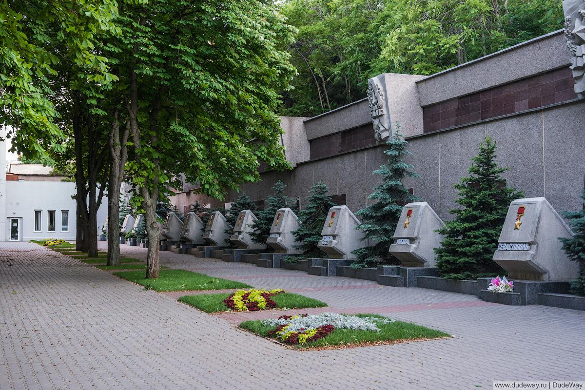 Мемориальная стена в честь героической обороны Севастополя 1941-1942 гг 4
