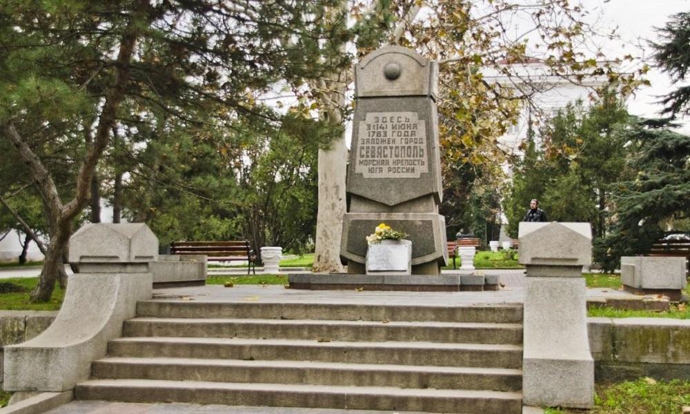 Памятник 200-летию г. Севастополя.